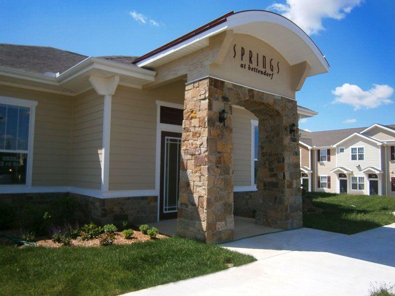 West Des Moines Ia Http Www Springsapartments Com Bettendorf Beautiful Apartments House Styles Apartment Communities