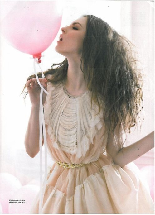 <3 dress especially the collar. urghhhh, wish i can see the whole dress...