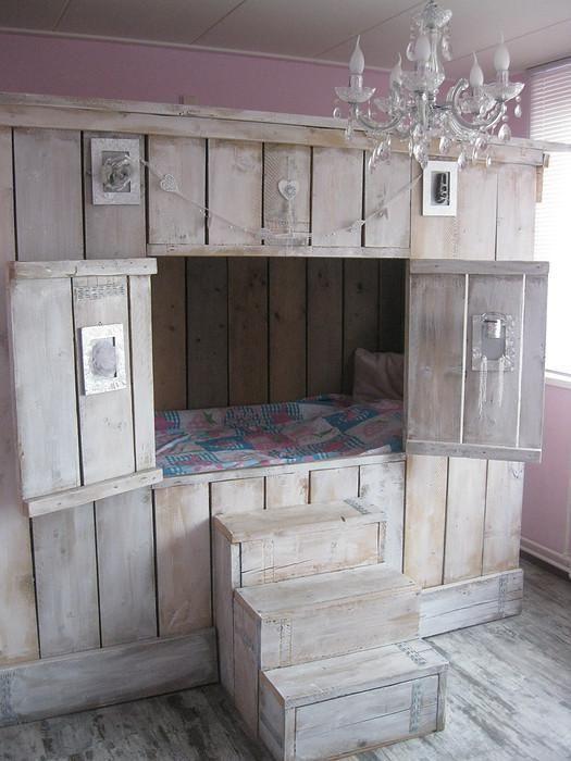 l 39 id e d co du samedi un lit cabane avec des palettes. Black Bedroom Furniture Sets. Home Design Ideas