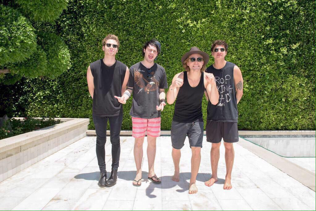 3c2703757a10 this is so funny cause like 3 4 are in shorts and flip flops or not even  wearing shoes and then there s luke hemmings with black skinnies and  BOOTS..! lukey ...