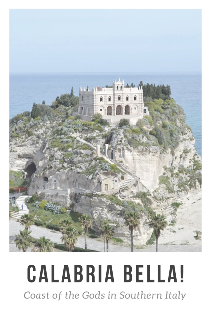 De Costa degli Dei ofwel de Kust van de Goden is een ruwe kuststrook aan de Tyrreense Zee met steile kliffen waar in hooggelegen dorpjes de tijd lijkt te hebben stilgestaan. We verblijven in Tropea, liefkozend de Parel van Calabrië genoemd. In de zon lopen we naar de kustlijn van het stadje. De Santa Maria dell'Isola is de trots van Tropea, geroemd in heel Calabrië. Het kerkje werd in de elfde eeuw gebouwd door Basiliaanse monniken, boven op een steile rots!