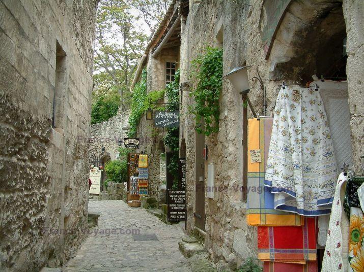 Les Baux-de-Provence: Geplaveide straat met stenen huizen en winkels van Provençaalse specialiteiten - France-Voyage.com
