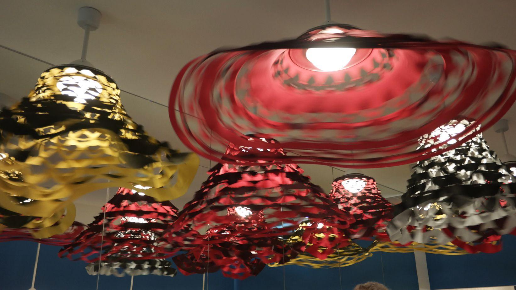 Día 2, visitando la Euroluce, 25 lanzamientos que nos cautivaron Este año es año de Euroluce, la exposición bienal que reúne a la industria de la iluminación. ¡Toda una fiesta alrededor de la luz!  http://www.podiomx.com/2015/04/dia-2-visitando-la-euroluce-25.html