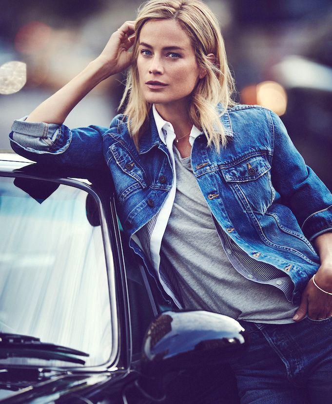 cadc668ffa5ef Veste en jean + chemise ouverte + tee-shirt loose + fin collier = le bon  mix (photo The Edit)