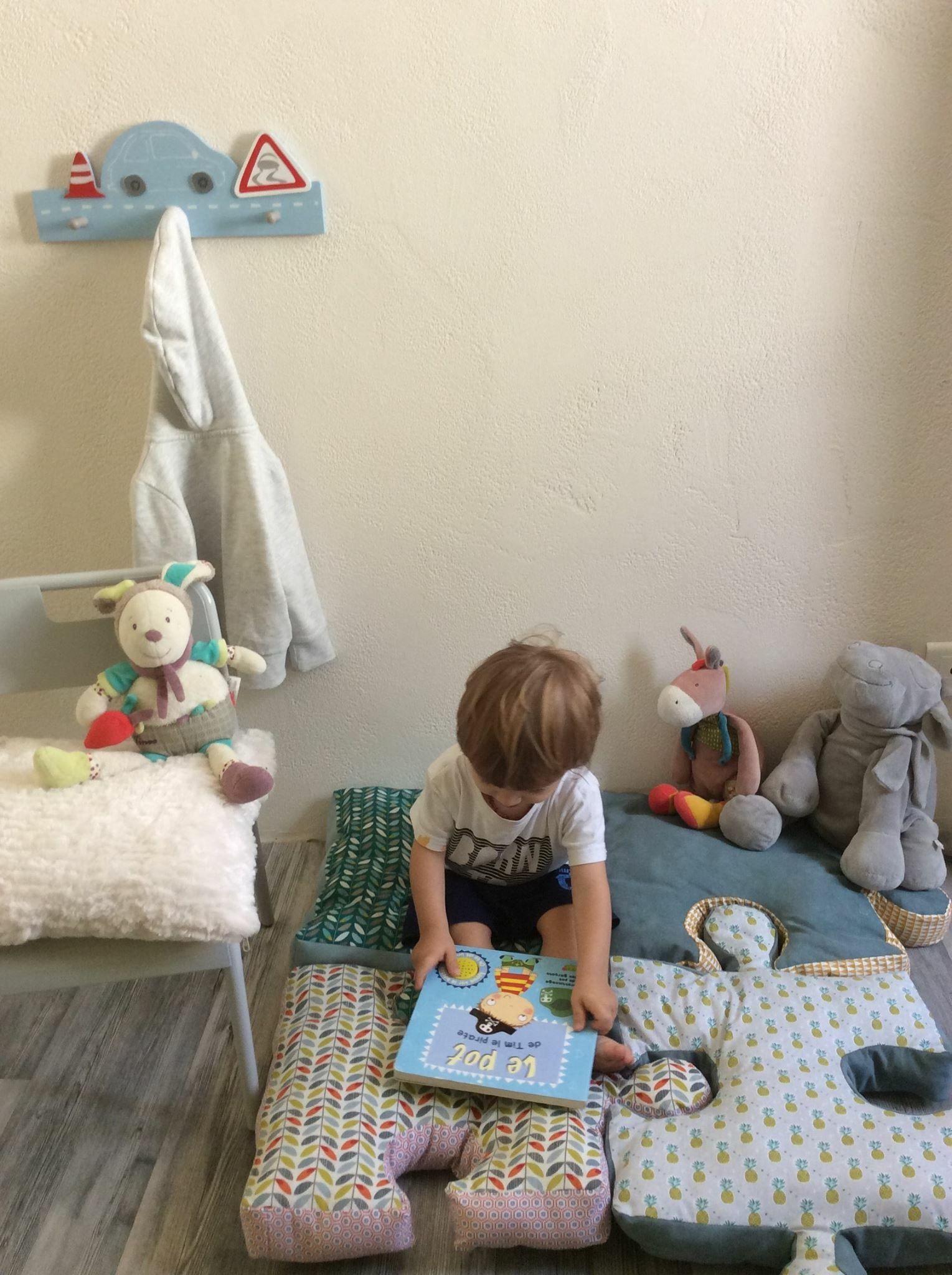 coussin forme puzzle tapis de sol enfant pour un petit. Black Bedroom Furniture Sets. Home Design Ideas