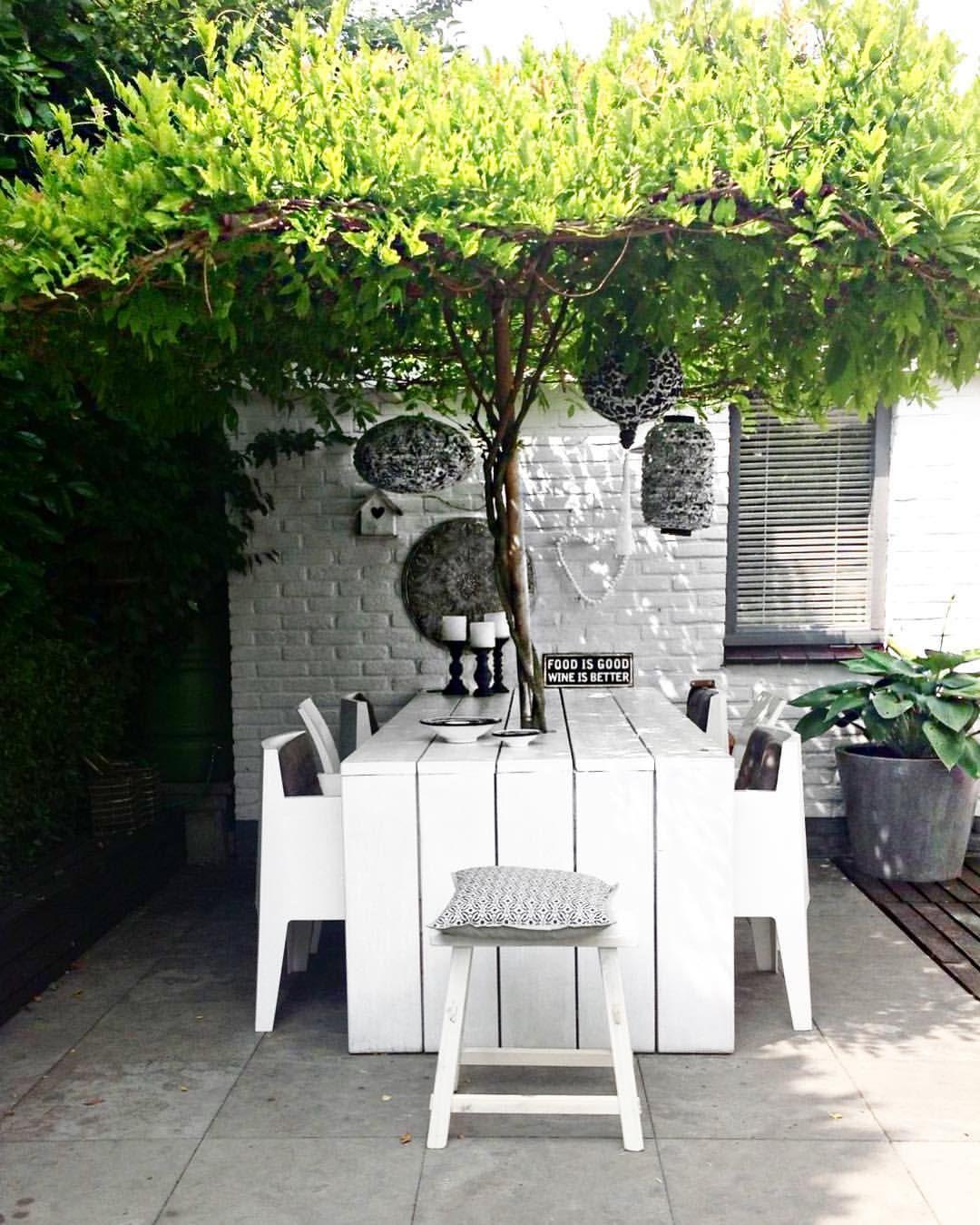 Une table de jardin avec un arbre en guise de parasol int rieur d co pinterest table de - Arbre pour terrasse appartement ...