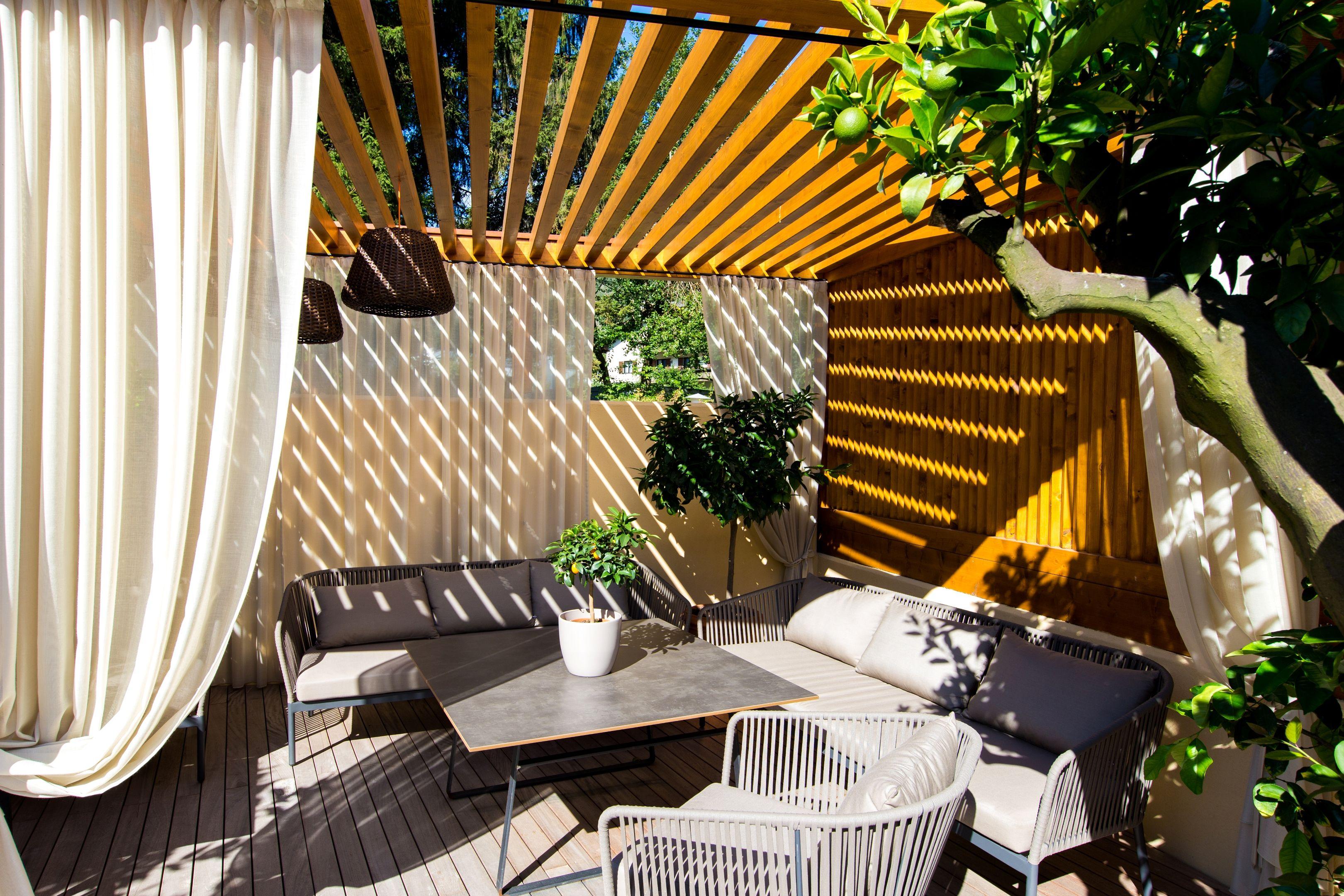 kuschelige lounge am koi teich terrasse mit koi teich. Black Bedroom Furniture Sets. Home Design Ideas