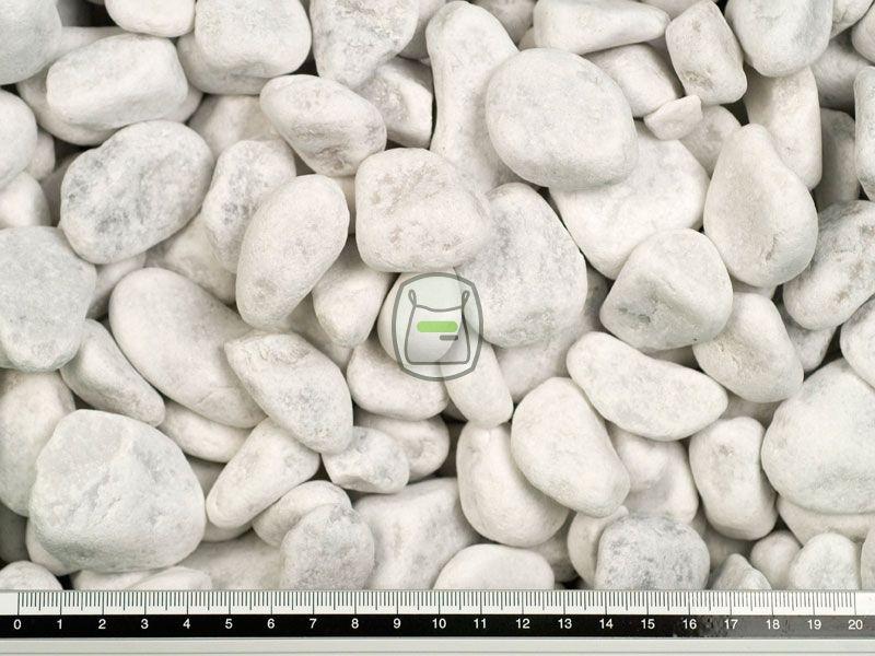 Carrara grind is een ronde getrommelde siergrind. Deze uit Italië afkomstige marmer word gewonnen in groeves en daarna rond gemaakt. Deze siergrind heeft een bijzonder luxe uitstraling en is door de hardheid voor vele toepassingen geschikt.