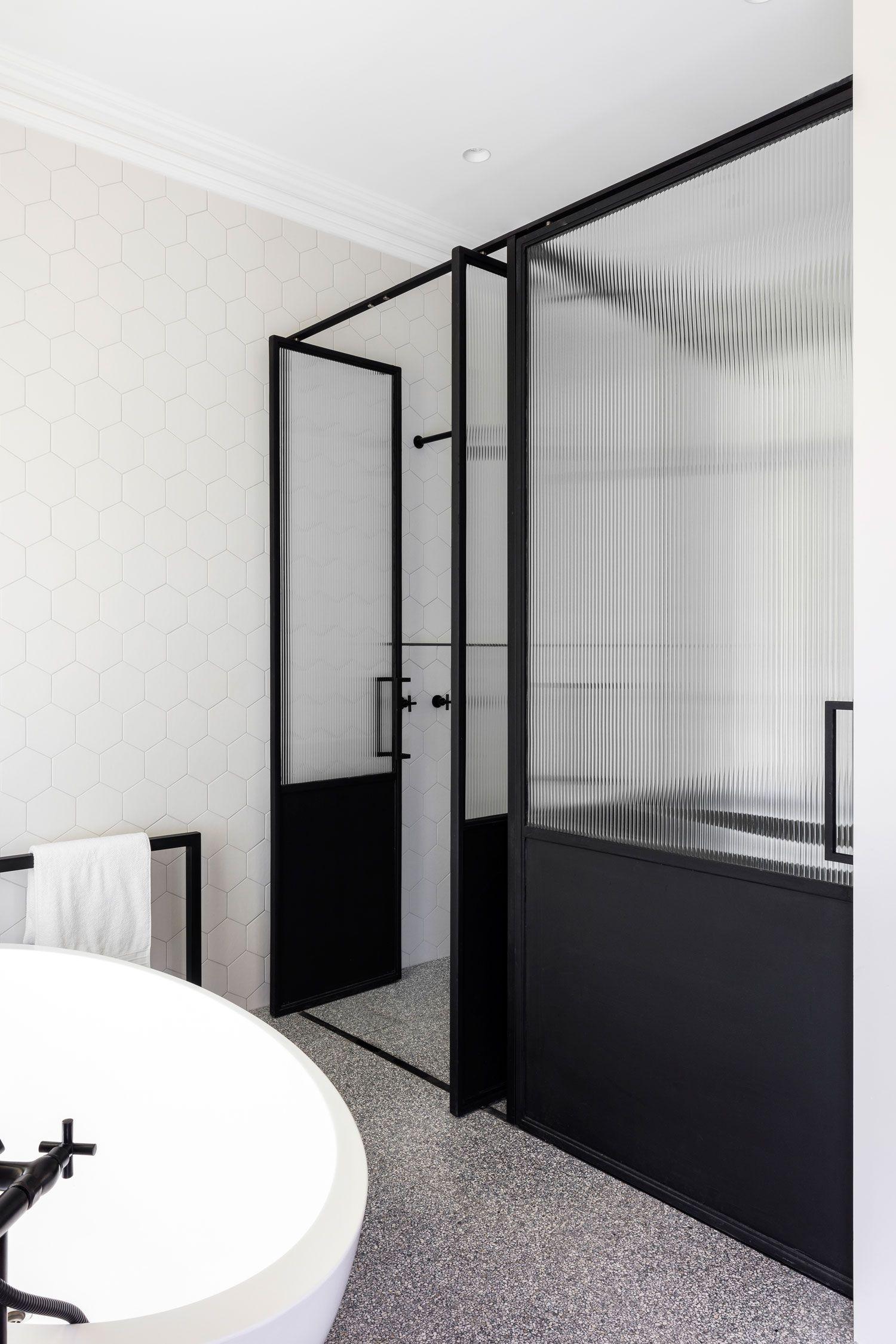 Chique ruime badkamer met niveauverschil | minimalist bathroom ...