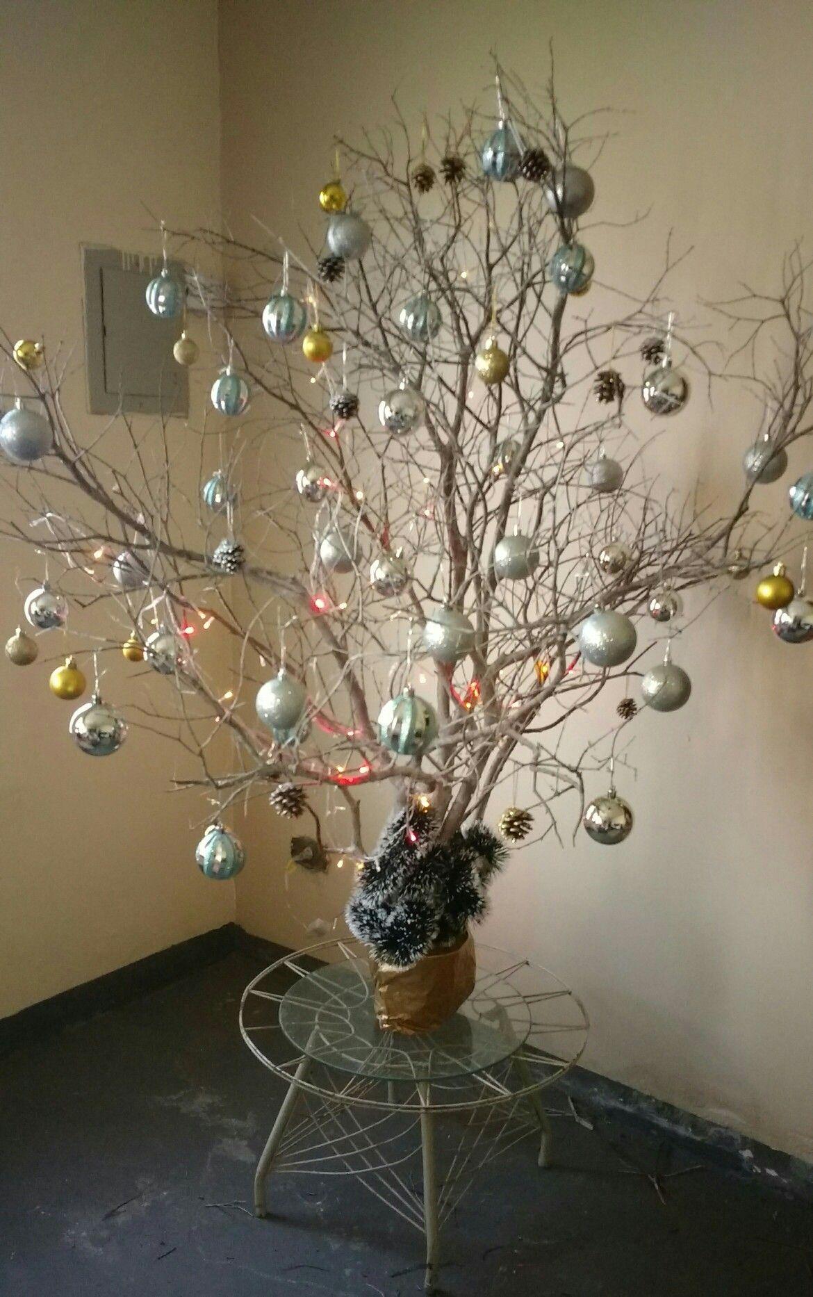 Arvore De Natal Feita Com Galhos Secos De Goiabeira Pintados Com