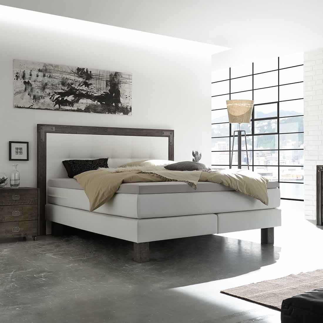 Schlafzimmer Mit Boxspringbett 140x200. Lampen