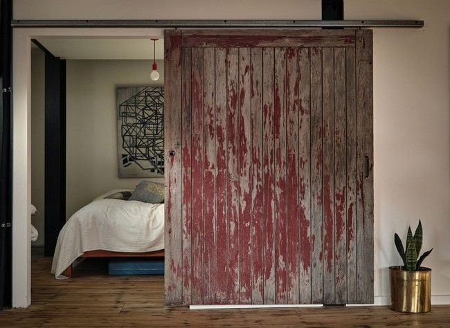 Une Porte Coulissante En Bois Teinté – A Sliding Door In Stained