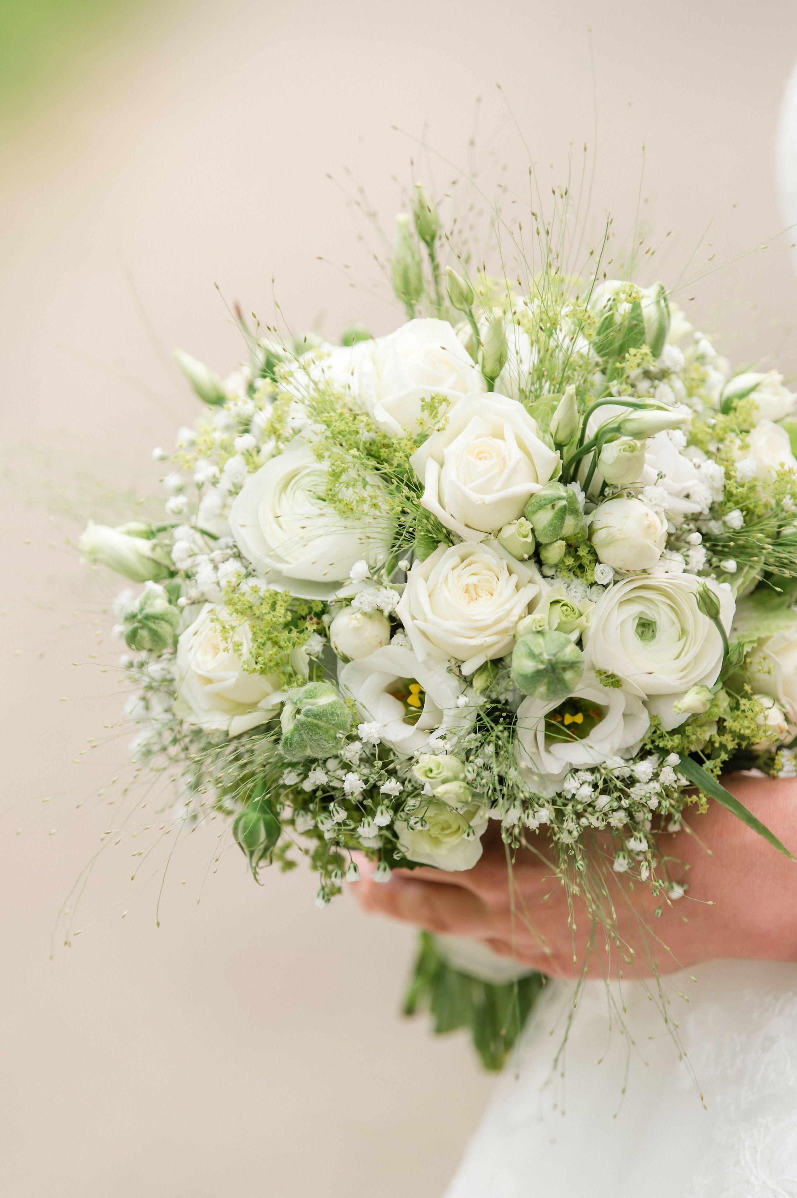 Brautstrauß in weiß & grün, Frühlingsfarben. #whitebridalbouquets Brautstrau…