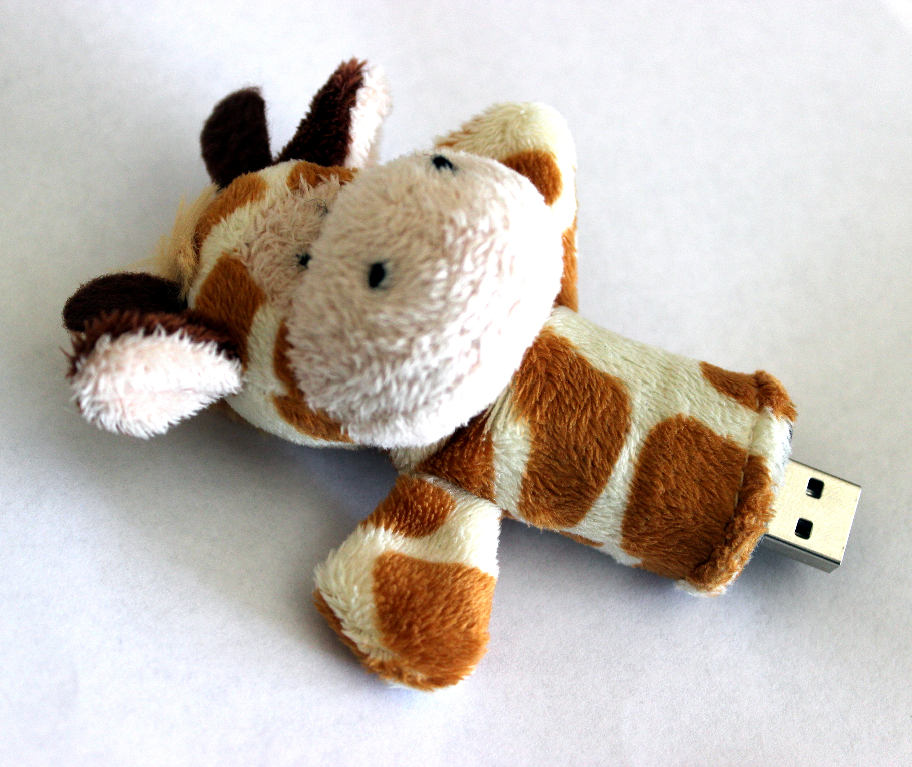 A very cute USB flash drive... who doesn't love giraffes? #accessories, #computer