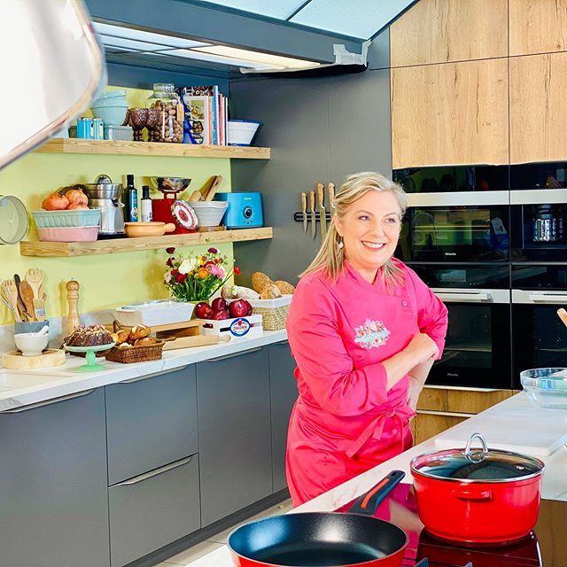 Παιδιά τσεκαρισμένο : με τη μαγειρική ξεχνιέμαι , ξεχνιόμαστε , ξεχνιέστε ... μαγειρέψτε έξυπνα , υγιεινά και λαχταριστά 👩🏻🍳🧑🏻🍳😋#dinasbakery #dina_nikolaou #dinanikolaou #tvchef #calmeetsérénité #nopanic #keepcalm