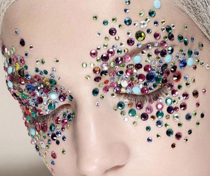 Maquiagem de editorial feita com cristais coloridos.
