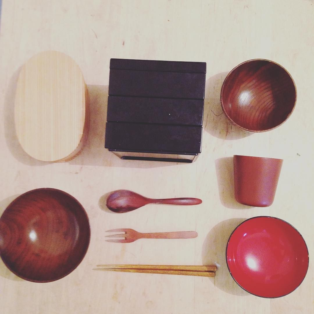 I love wooden #tablewear! They seldom break. They are light and it's easy to bring! You can use them for hot & cold foods. If you put very hot foods into them you can still touch them especially red & black lacquer ones are awesome. This natural lacquer protects wood and keep them long. Moreover That color will not show the dirt. Those are more beautiful than plastics!  #zerowaste #goingzerowaste #zerowastehome #zerowastejapan #zerowastelife #zerowastelifestyle #ゼロウェイスト #tableware #Japan…