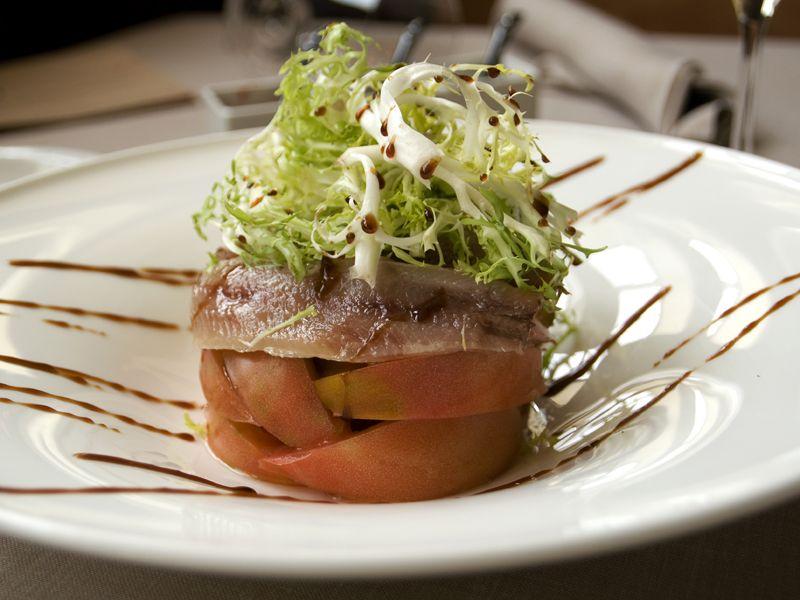 Ensalada de tomate valenciano, escarolla con vinagre de Módena y sardina del Cantábrico
