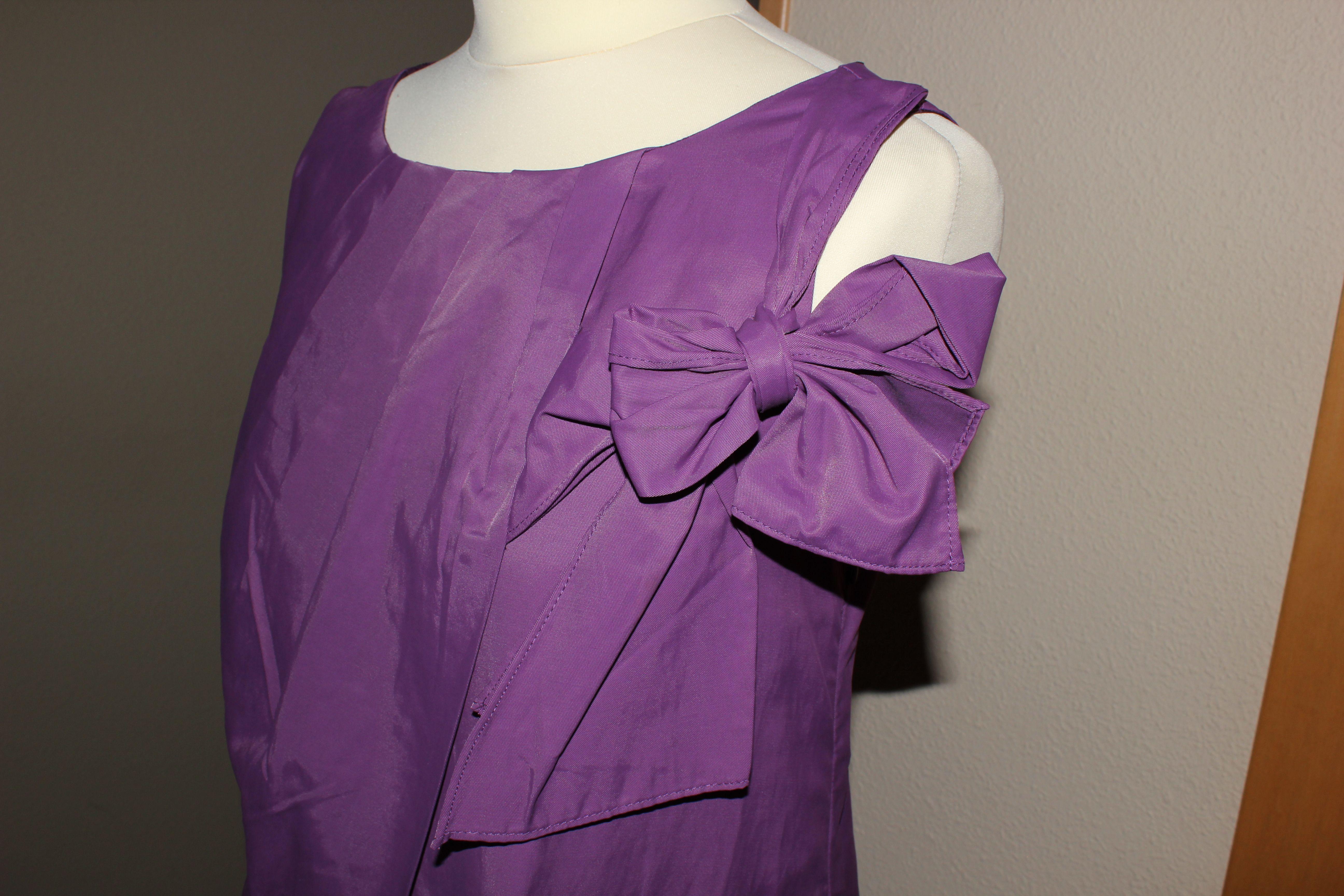 Detalle Vestido Morado, sin mangas abullonado, con detalle en lateral de lazo, una sola puesta