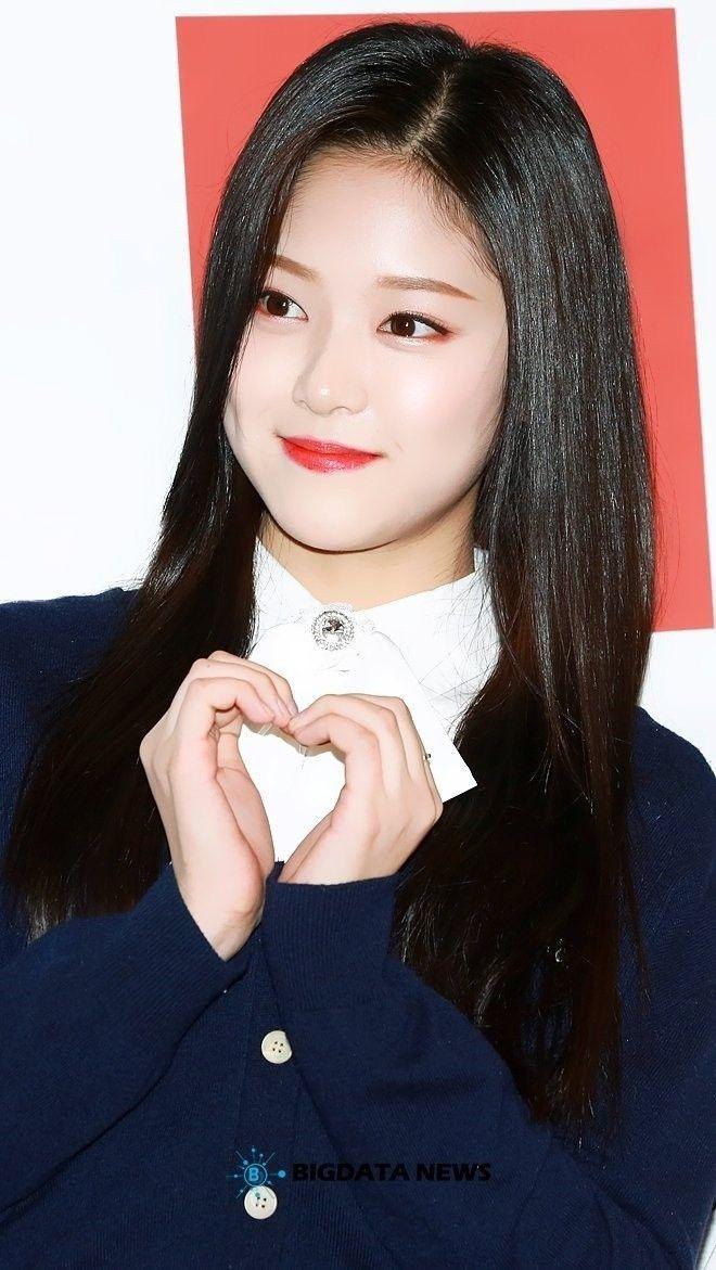 Pin by ᶜᴴᴬᴱ on ʟᴏᴏɴᴀ ʜʏᴜɴᴊɪɴ Young kim, Korean girl
