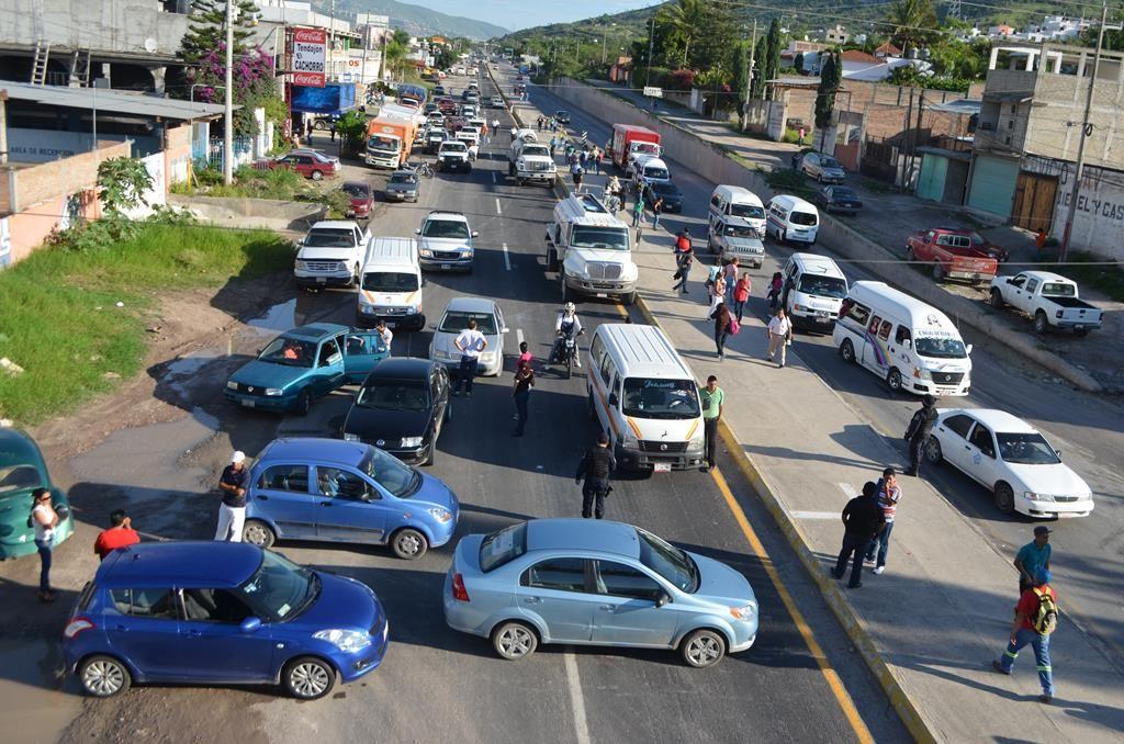 Vecinos paralizan circulación vehicular en la autopista del sol - http://notimundo.com.mx/mundo/vecinos-paralizan-circulacion-vehicular-en-la-autopista-del-sol/8800