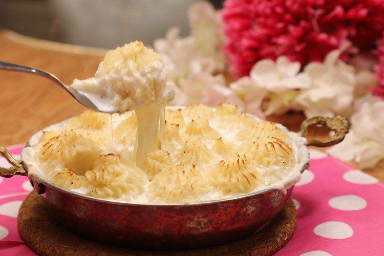 صينية البطاطس بالدجاج والكريمة بالفرن بالفيديو شكلي من البطاطس المهروسة طبق مبتكر وغاية في الروعة شاهدي بالفيديو طريقة التحضير Food Camembert Cheese Cheese