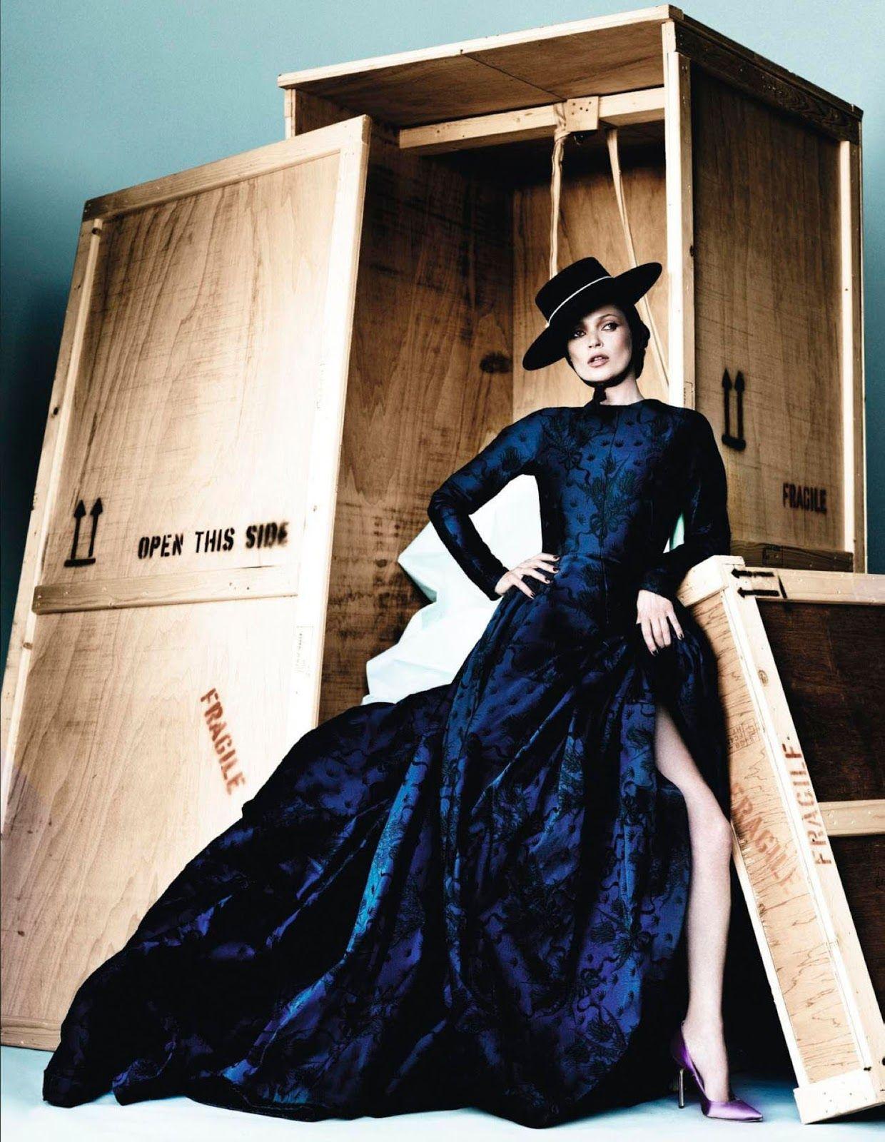 ¡Va por ustedes! | Kate Moss by Mario Testino for Vogue España, December 2012 #Valentino #couture
