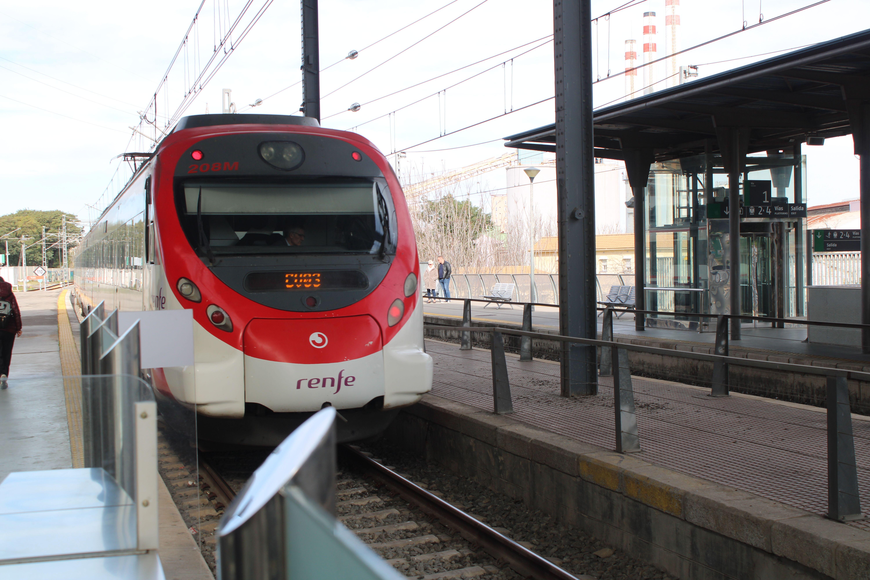 servicio de cercanías procedente del Aeropuesto entrando en la estación