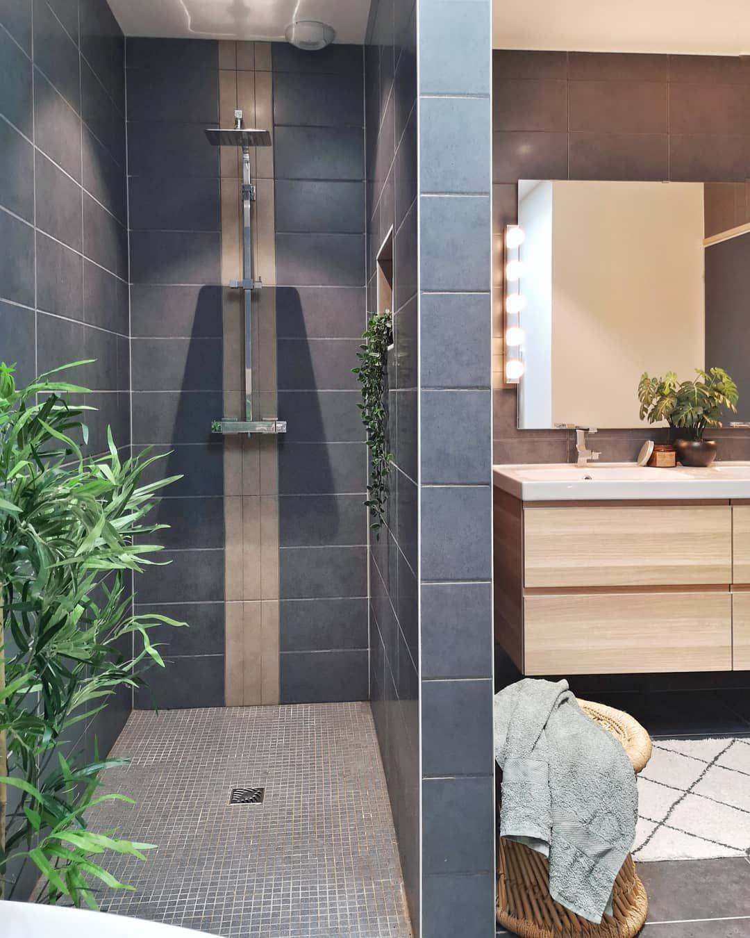 salle de bain moderne noir et bois