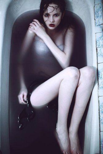 Эротическая фотосессия в ванне с молоком 4