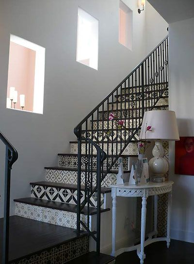 Decoraci n de escaleras interiores con azulejos andaluces for Azulejos para paredes interiores