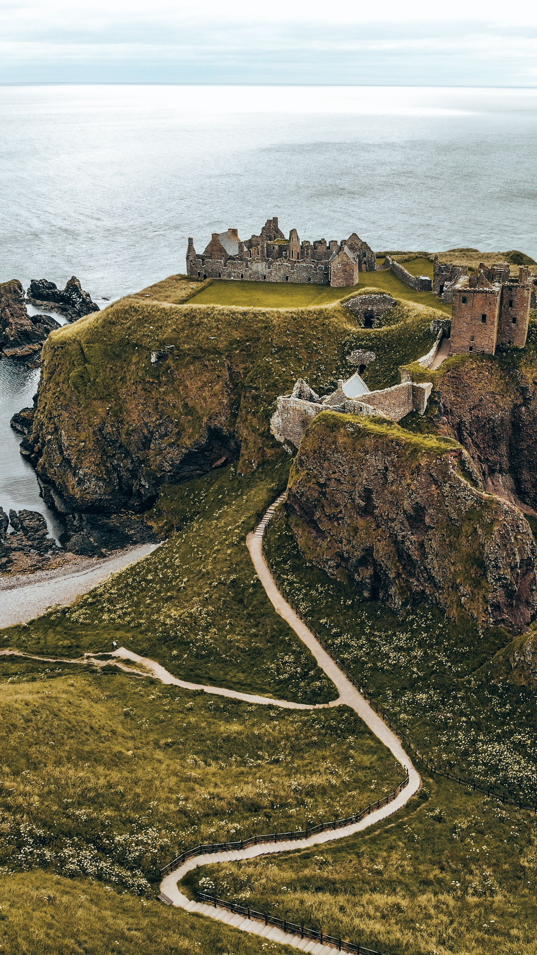Check out the most amazing castles to visit in Scotland including Dunnottar Castle in Aberdeenshire.  #dunnottarcastle #castlesofscotland #scotlandcastles #scottishcastles #scotlandcastlestovisit
