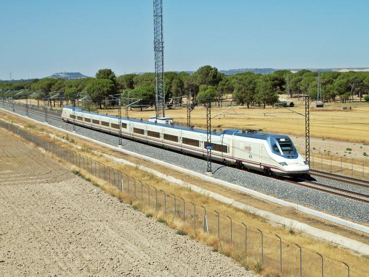 Tren de la serie 102 de Renfe en la línea de alta velocidad Madrid - Valladolid