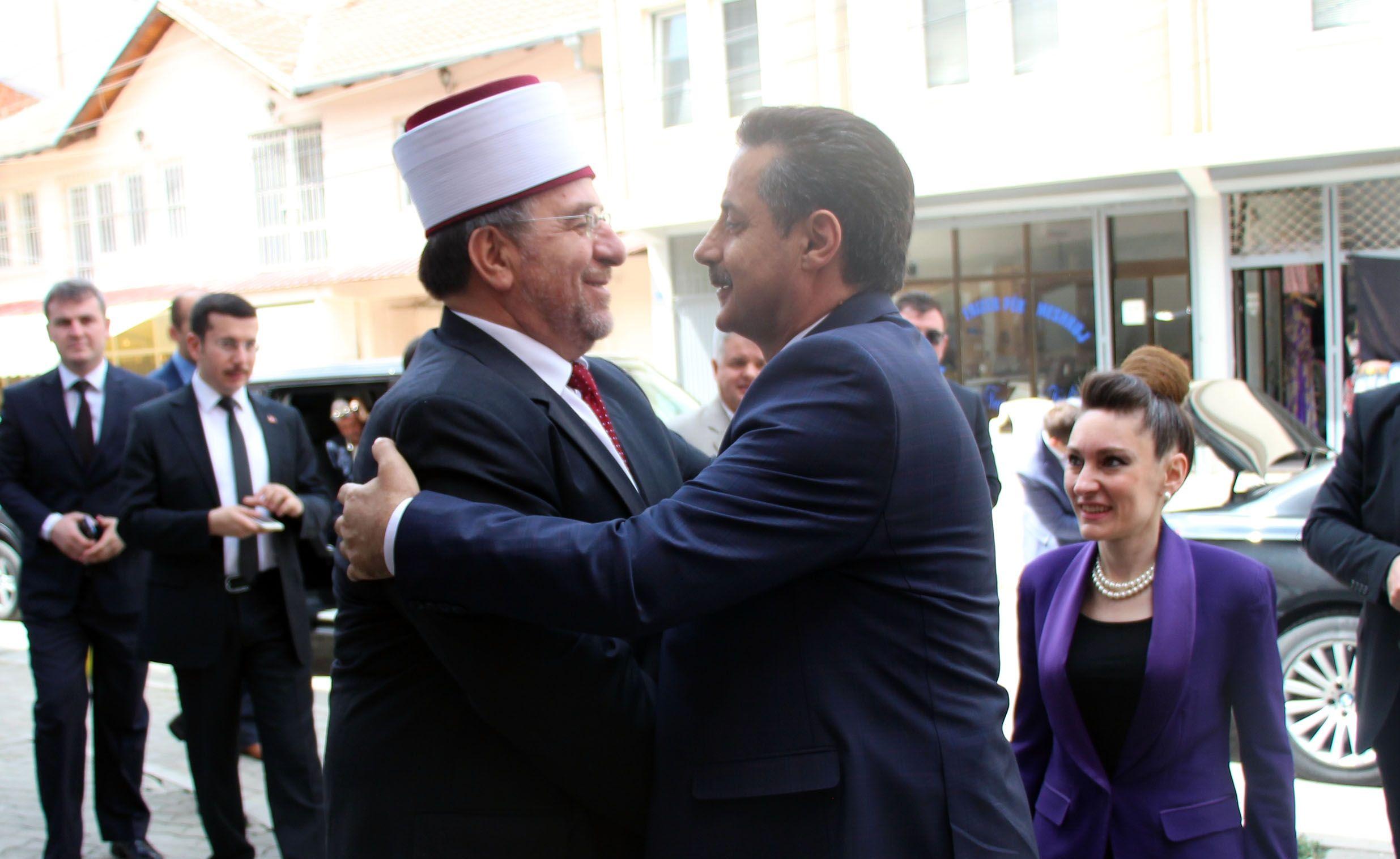 Prizren Müftülüğü ile Şanlıurfa Haliliye Belediyemizin ortaklaşa düzenlediği iftar programı için Kosova'dayız. Kosova Başmüftüsü Naim Tırnava'yı makamında ziyaret ettik. [25.06.2016]