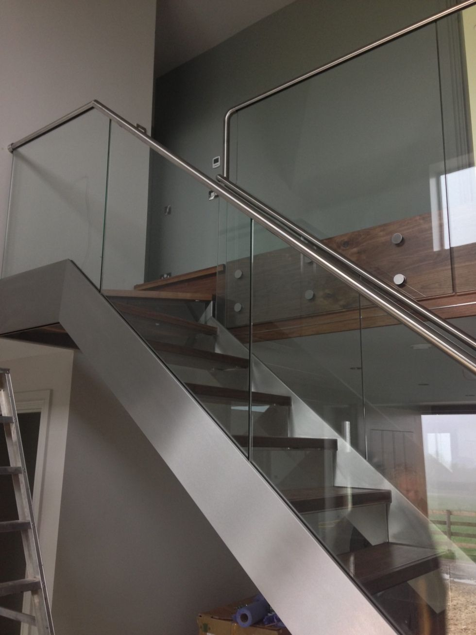 Best Hidden Fixings Stainless Stringer On Feature Staircase 400 x 300