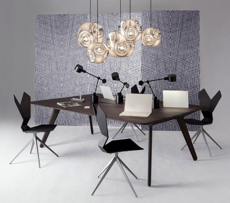 Designer Büromöbel - ein Schreibtisch aus Massivholz und Y-Stühle ...