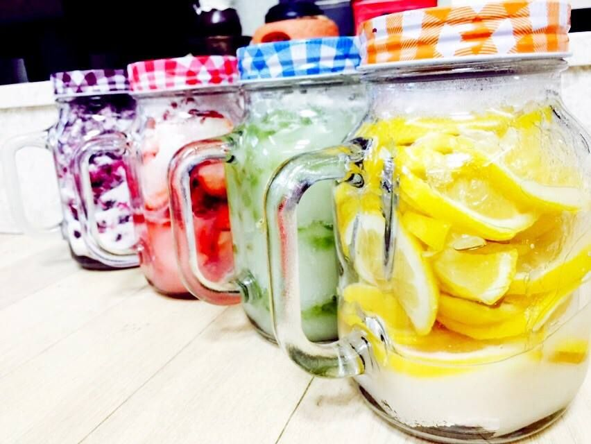 완전 달달! 봄맞이 집에서 수제과일청 만들기:) 봄맞이 집에서 만든 수제과일청이에요:) 레몬,청포도,블루베리,딸기 이렇게 4가지 과일을 이용했어요ㅎㅎ 탄산수에 섞어서 에이드로 만들어먹거나 과일티로 먹기도하고 우유에도 타먹어요! BY. 현규님  페이스북 펜페이지 ▷ http://www.facebook.com/recipemonster