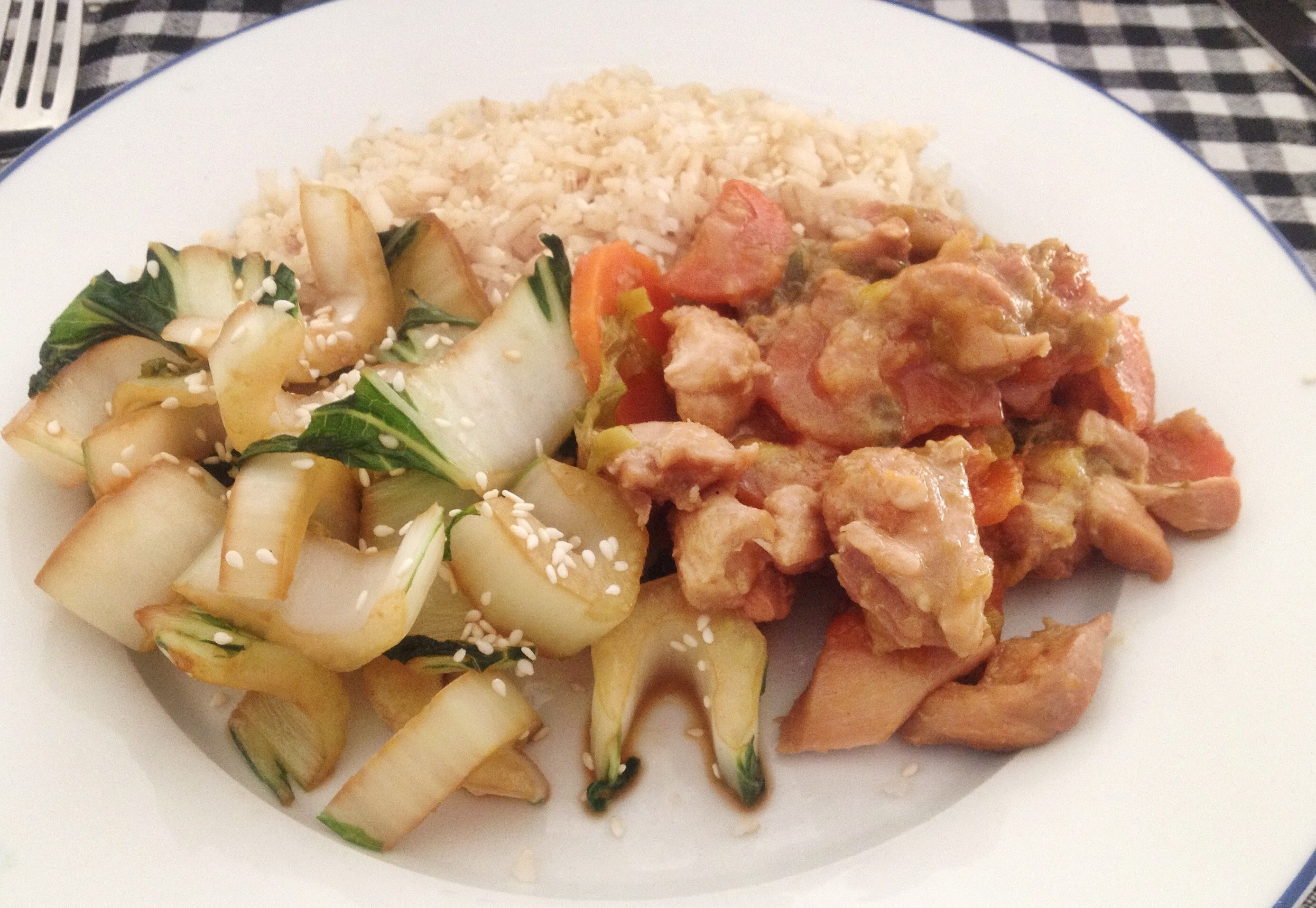 Lekker zoet door de wortel en hartig door de sojasaus. Een ideale stoofschotel met kip voor het hele gezin. Met zilvervliesrijst en paksoi een makkelijke, snelle maaltijd.