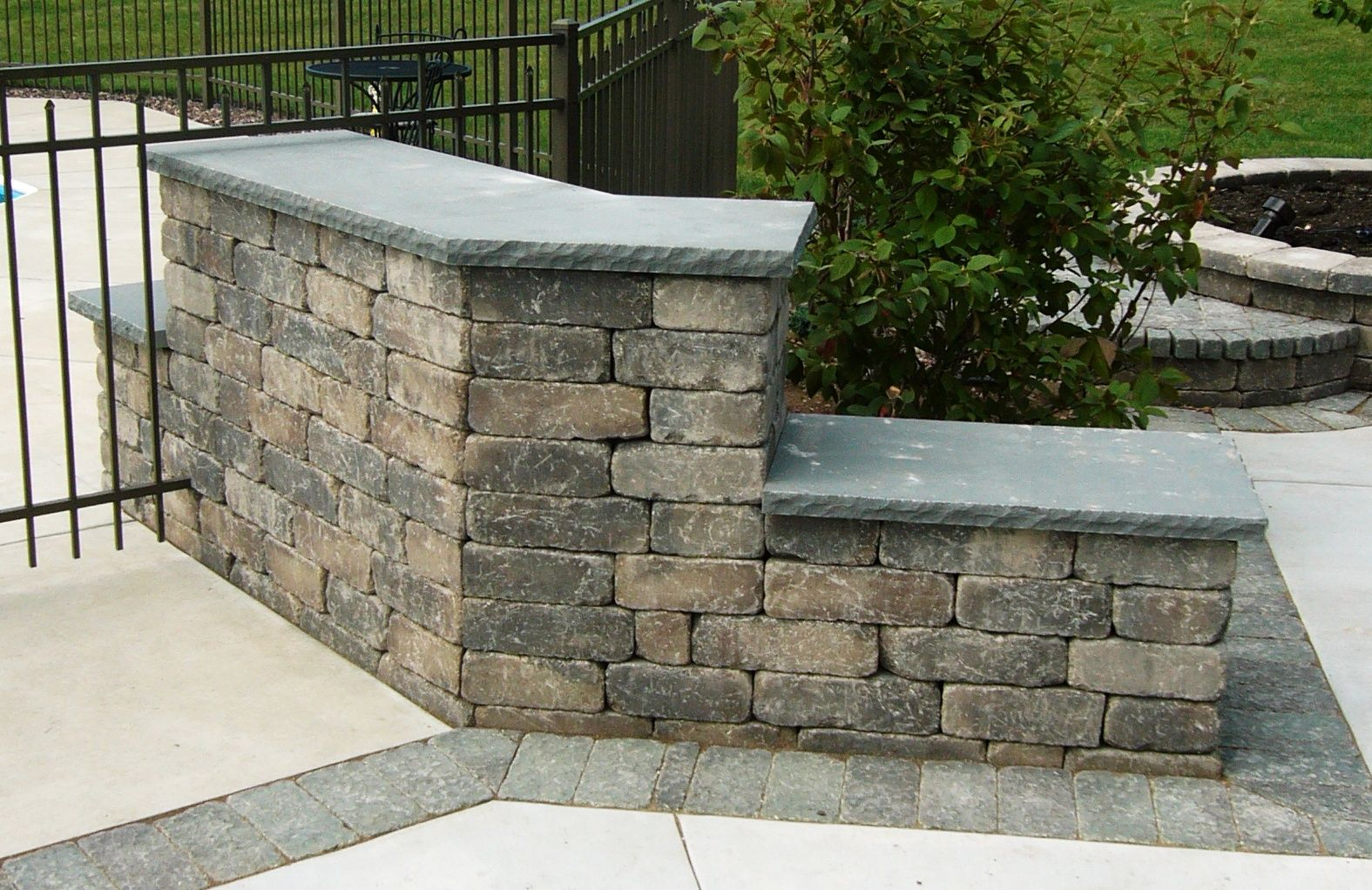 how to cut retaining wall caps