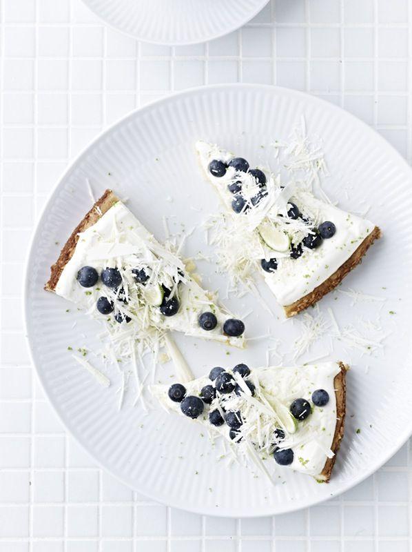 Dessert: Hvit sjokoladekake med lime og blåbær