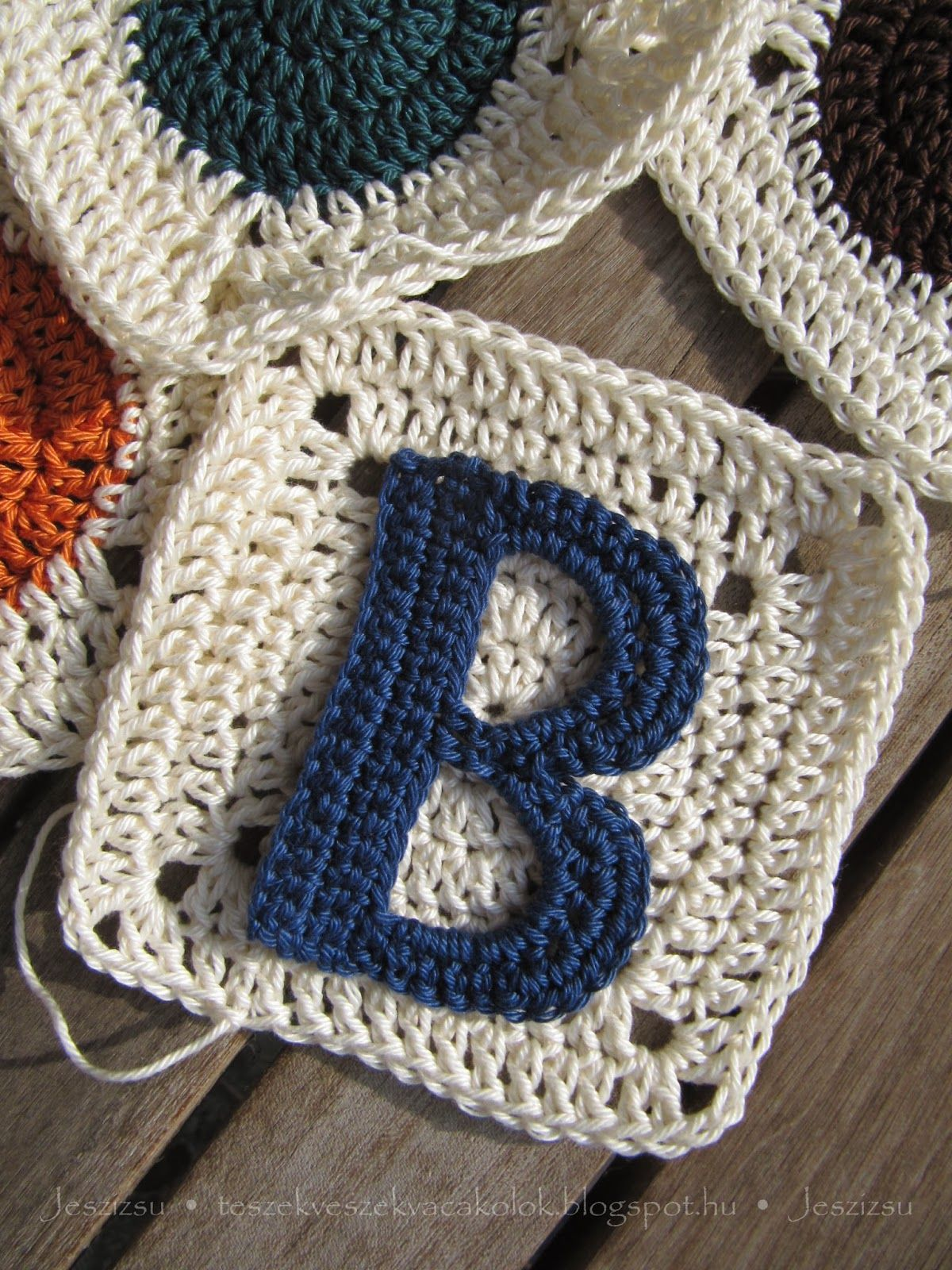 Applique letters for crochet - page is in Hungarian, but with links ...
