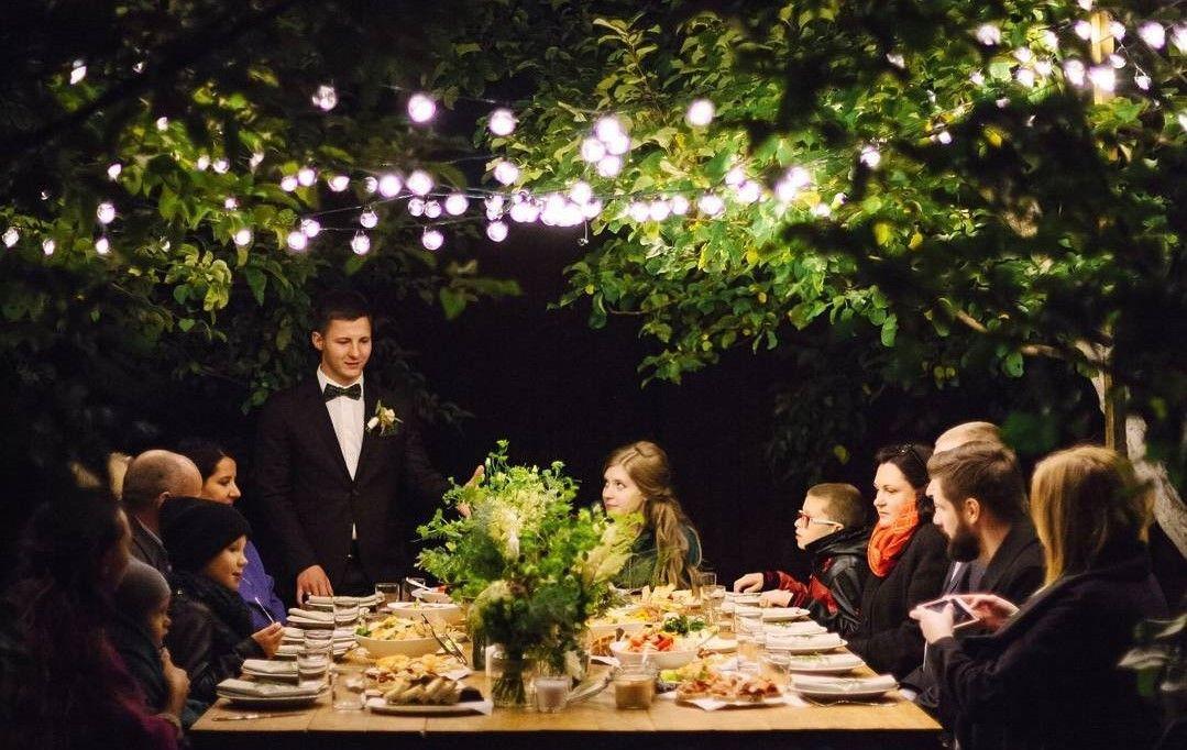 ПРОСТЫЕ СЕКРЕТЫ СЧАСТЬЯ  Когда вечер, теплый свет, горячий ужин и вся семья в сборе за столом. Что может быть важнее.  Атмосферу создает #гирляндаВольта  _______________________________ аренда 10 метров - 1 000 руб на 3 дня продажа 10 метров - 7 000 руб не нагревается, идеальна для оформления шатров и веранд  Декор и флористика @white_story_decor Фотограф @dmitrieva_photographer Кейтеринг @youngcatering   Доставка и самовывоз  Звоните 8(495)6276797 или 8(929)5931799  Пишите…