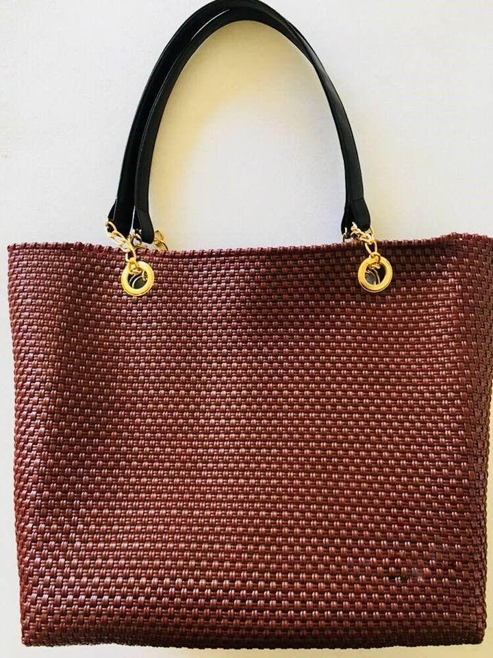 Bolsa con asa de piel y cadena color vino para usarla en el