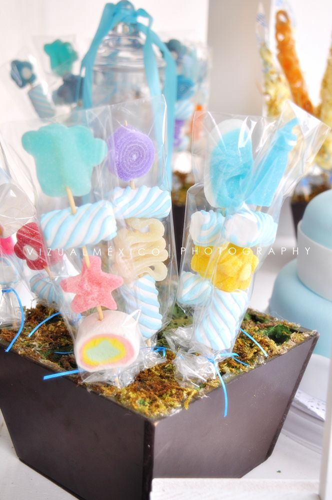 Brochetas de gomitas mesa de postres bautizo baby for Mesa baby shower nino