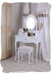 Romanttinen valkoinen kampauspöytä ja jakkara