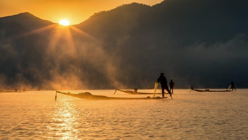 Lugares fantásticos para ver o sol nascer LAGO INLE, MYANMAR Com os pescadores iniciando seus trabalhos com suas tarrafas, observar o sol nascer neste lago é puro prazer