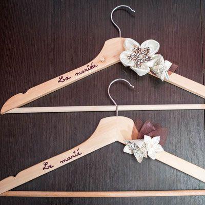 Collection Cindy. Cintre de cérémonie personnalisé avec fleurs en papier et tissu ivoire et marron avec bouchon en liège