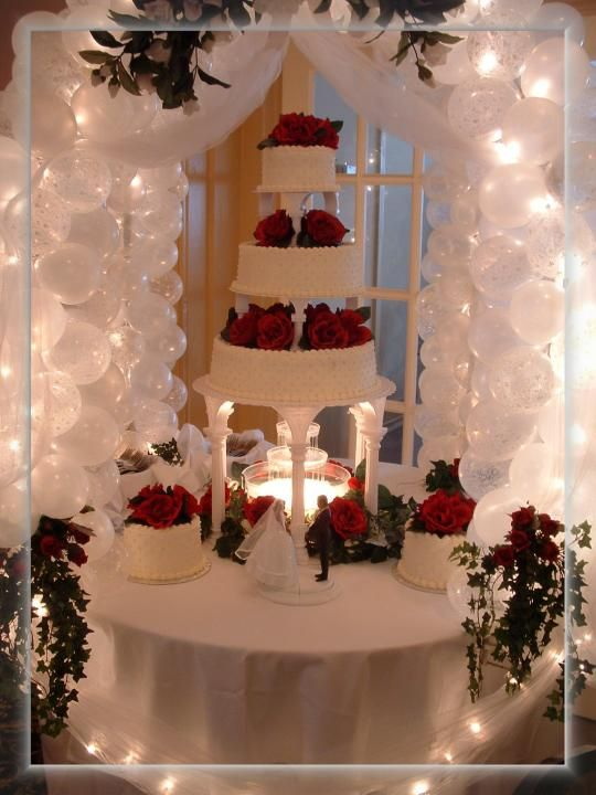 cake table gazebo porvides a wonderful compliment to your wedding cake