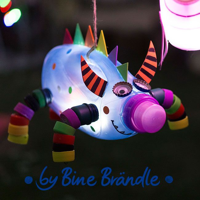 Bastel Idee für Kinder - Waschmittel Verpackung in ein lustiges, leuchtendes Laternen Monster verwandeln. -Bine Brändle, DIY, Do it yourself, howto, Anleitung, Idee, selbermachen, heimwerken, basteln, dekorieren, Dekoration, Haus, Wohnung, Garten, bunt, fröhlich, farbenfroh, kreativ, originell, happyhome, happygarden, colorfulhome, Idee und Foto aus Bine Brändles Büchern #laternebasteln