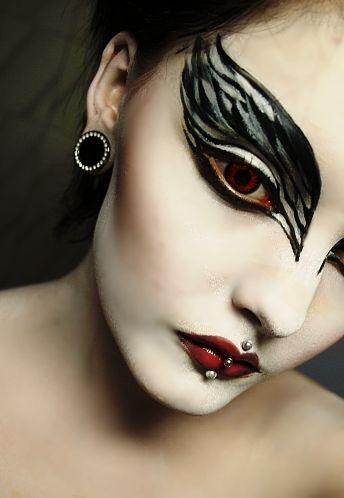 roseshock:    make-up-is-an-art:    Black Swan makeup 2 by ~QueenOfHerz      Haha one of the first makeup looks that i have ever published, i should recreate this now when i know something about makeup..